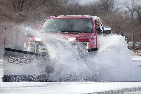 Auto - Ford F-350 Schneepflug: Brutaler Spaß