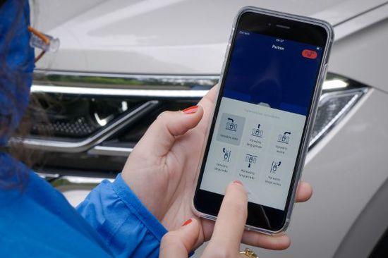 Car-Hifi + Car-Connectivity - Touareg fährt fernbedient in die Parklücke