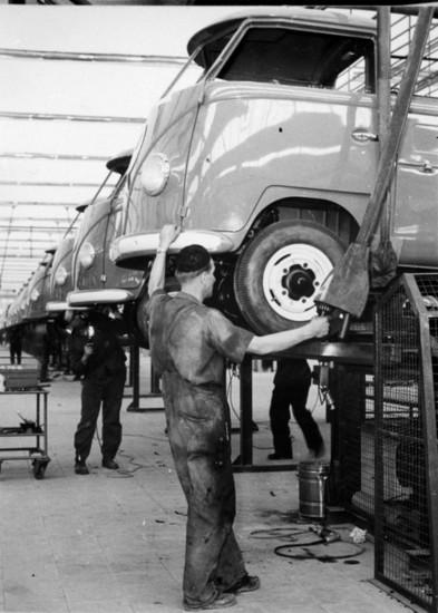 Name: Bau-des-VW-T1-in-den-1950er-Jahrena-113939.jpg Größe: 549x768 Dateigröße: 110236 Bytes