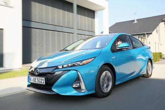 Elektro + Hybrid Antrieb - Toyota Prius: Grünes Licht für den Saubermann