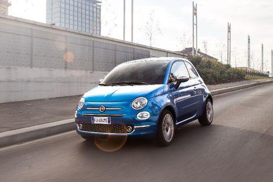 Auto - Fiat 500 überholt VW Polo