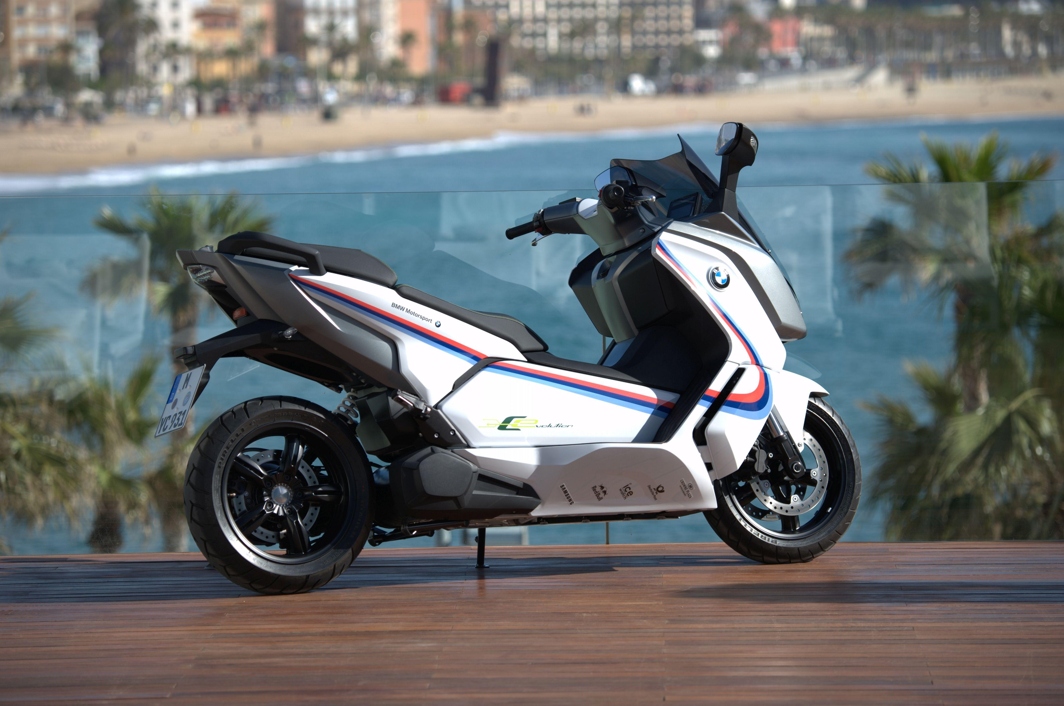 bmw motorrad stattet bmw dtm teams mit dem elektro scooter. Black Bedroom Furniture Sets. Home Design Ideas