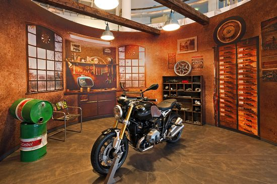 bmw motorrad zu gast im bmw haus am kurf rstendamm in. Black Bedroom Furniture Sets. Home Design Ideas